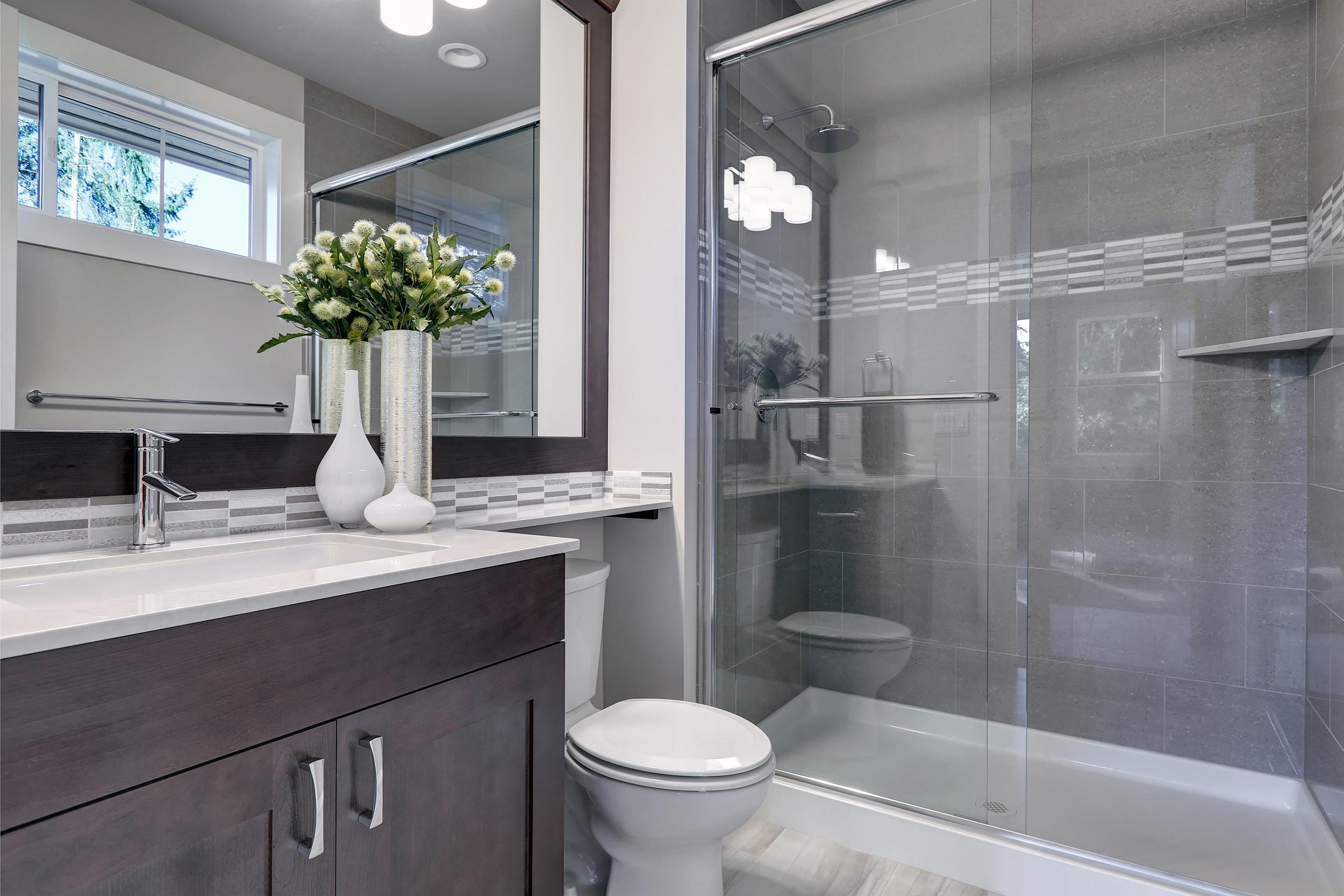A photo of a contemporary bathroom.